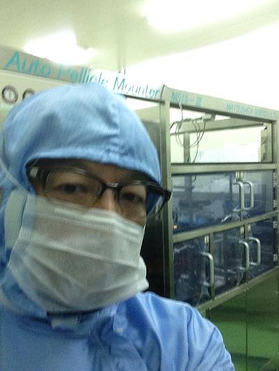 半導体工場にて装置の搬入据付の現場監督